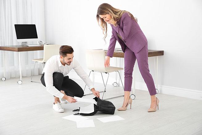 Kantoor Schoonmaakbedrijf, man helpt vrouw met papieren opruimen