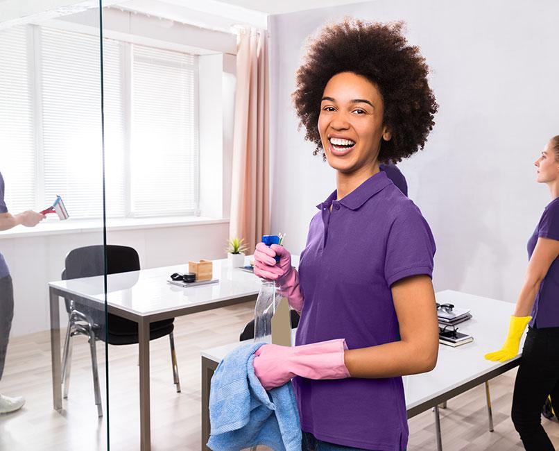 Kantoor Schoonmaakbedrijf, vrolijke schoonmaakpersoneel met collega's op de achtergrond