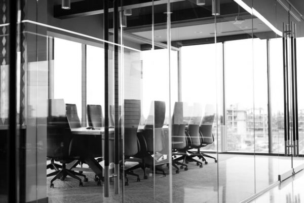 Glasbewassing op kantoor - vergaderruimte met veel glas