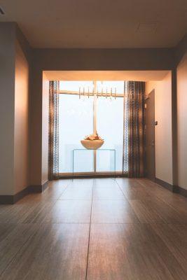 Vloeronderhoud van diverse vloeren, zoals op plaatje van een houten vloer